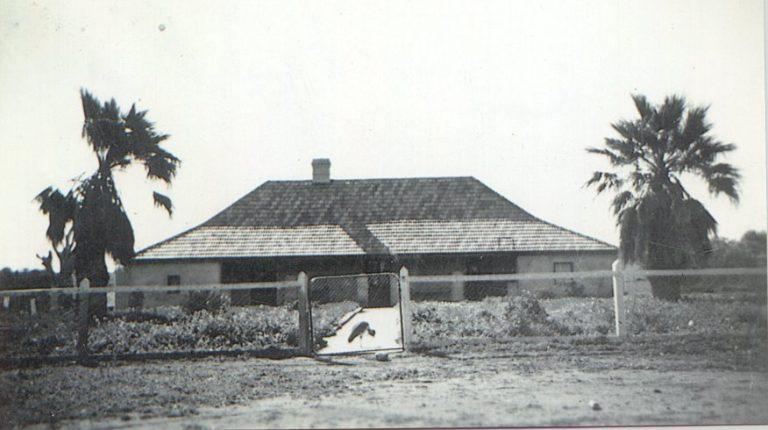 Beaufort Bomber plaque at Beaufort Close (2)